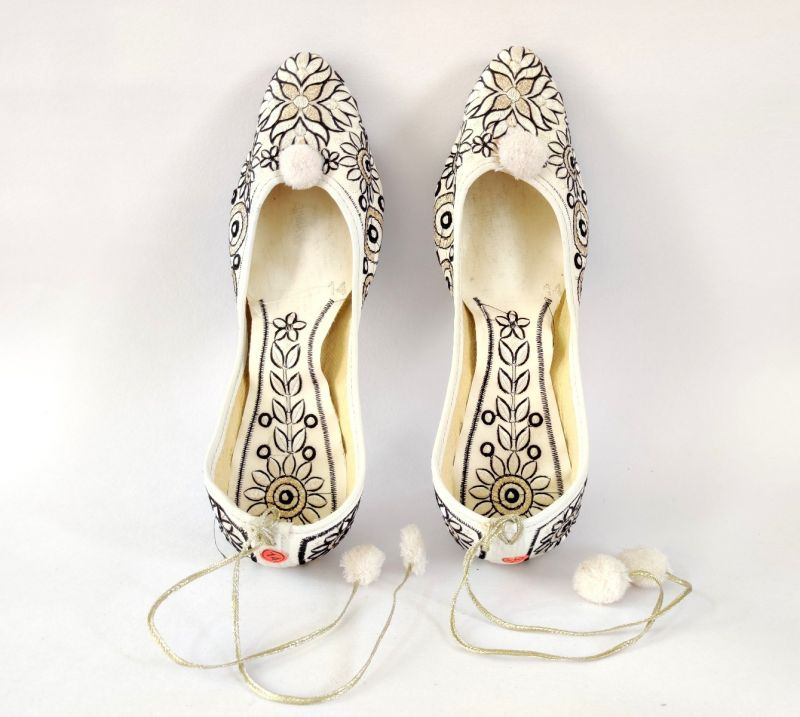 White Paisley Fashion Embroidered Jutti